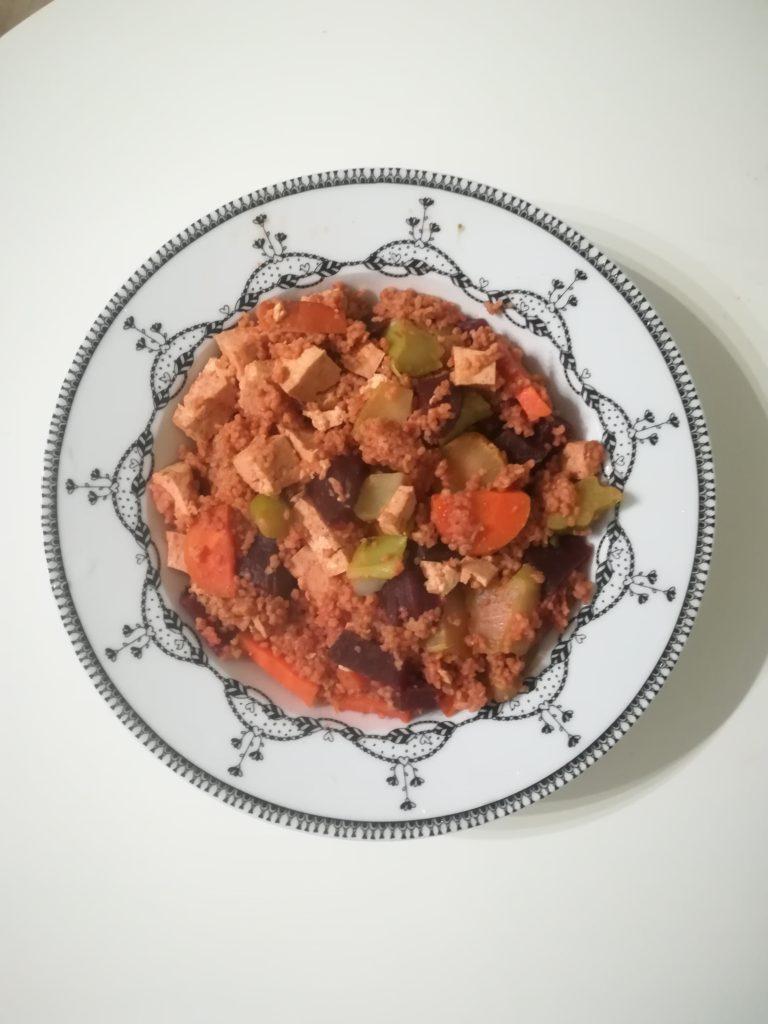 Délicieuse assiette semoule, tofu, légumes de saison !